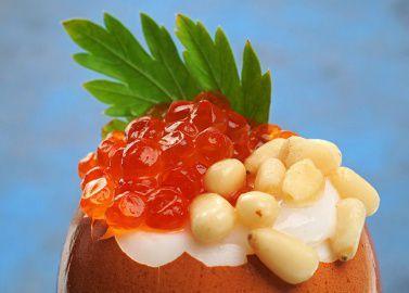 Яйцо всмятку с икрой и кедровыми орехами