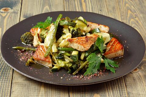 Зеленый салат с красной рыбой