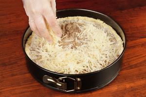 Сверху посыпьте натертым сыром и поставьте в разогретую до 180-200С духовку на 30 минут
