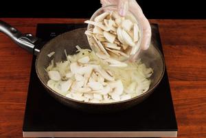 Обжарьте на хорошо разогретой с растительным маслом сковороде лук и грибы