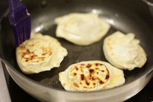 Обжарить получившиеся чебуреки на сухой сковороде до золотистого цвета. (сковороду лучше взять с не пригорающей поверхностью)