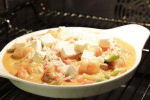 Выложить в жаропрочную форму, посыпать оставшимся сыром. Запечь в разогретой до 200С духовке до золотистого цвета сыра.