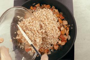 Рис девзира промыть, замочить на 15-20 минут в теплой воде, затем засыпать к овощам и карбонаду.