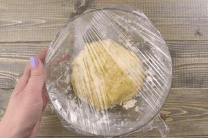 Накройте пищевой пленкой и дайте 15 минут постоять в тепле.