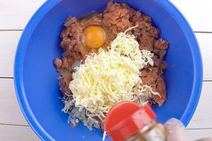 Разбить 1 яйцо, посолить, поперчить по вкусу, хорошо перемешать