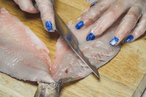 Аккуратно наискосок сделайте надрезы на филе, немного не дорезая до кожи, в виде «решетки»