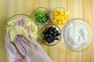 Сыр чеддер или моцареллу нарезать крупными кубиками. Лук мелко порубить.