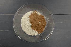 Отдельно смешать муку, разрыхлитель, соль, соду и какао