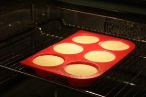 Разлить в формочки и поставить в разогретую до 180С духовку примерно на 20-25 минут. ( в зависимости от мощности жарочного шкафа).