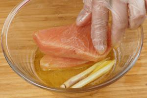 Стейки рыбы замариновать на 5-7 минут в лимонно-масляной смеси.