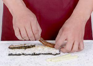 Семгу нарезать тонкими полосками полосками и выложить на рис.