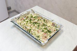 На противень, застеленный фольгой, выложить филе рыбы, кожей вниз. Посыпать нарезанной петрушкой и тертым сыром.