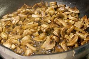 Обжарить на разогретой с оливковым маслом сковороде нарезанные грибы и репчатый лук