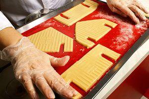 Заготовки домика поставить в разогретую до 200-220С духовку на 10-12 минут.  Готовые детали хорошо остудить, прежде чем будем собирать домик