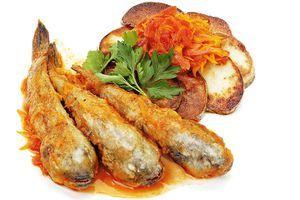 Подайте горячую рыбку с картофелем, маринадом и зеленью.