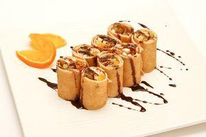 Украсить блюдо густым шоколадным соусом и подайть к столу