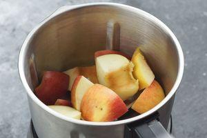 У яблок удалить семенную коробку. 250г разрезать на части и пробить в блендере до состояния пюре.
