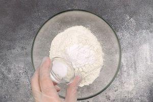 Муку, разрыхлитель и соль смешать в чашке.