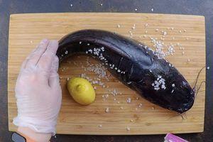 Рыбу разморозить естественным способом на нижней полке холодильника. Натереть солью и лимоном, чтобы проще было смыть естественную слизь. Оставить минут на 15.