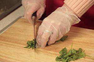 Имбирь очистить и натереть на мелкой терке. У перца чили удалить семена, мелко порубить. Кинзу нарезать мелко. Все смешать и заправить уксусом и сахарной пудрой.