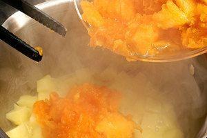 Добавить к картофелю тыкву, обжаривать еще 4-5 минут
