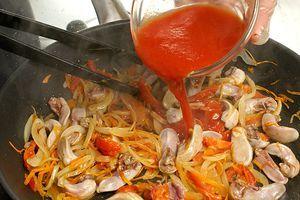 Влить к язычкам томатный сок и тушить 30-40 минут до готовности