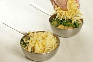 Посыпать сверху сыром и зеленью