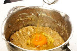К тесту добавить яйцо, размягченное сливочное масло