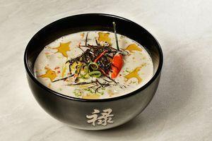 Готовый суп перелить в глубокую тарелку, украсить перчиком чили, цедрой лимона, зеленым луком и полосками нори. Можно по кругу сделать капли кунжутного масла или, если вы любите по острее, добавить соус шрирача.