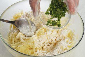 Затем добавьте муку и нарезанный мелко зеленый лук. Хорошо перемешайте.