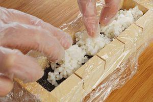 Сверху выложите еще слой риса.
