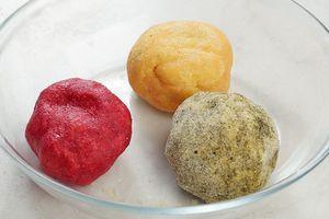 """Накройте получившееся цветное тесто пищевой пленкой и дайте """"отдохнуть"""" минут 30."""