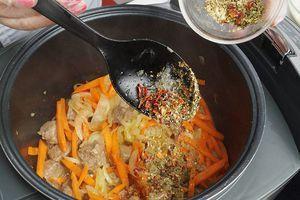 Обжарить 10-15 минут, затем добавить специи и соль. Жарить еще 10 минут.