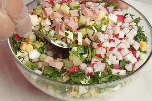 Добавить мелко нарезанную зелень, приправить солью, перцем.