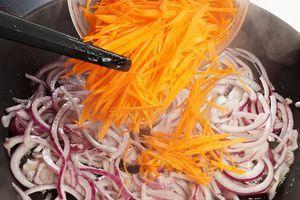 Приготовить маринад: на разогретой с растительным маслом сковороде обжарить лук и морковь до золотистого цвета.