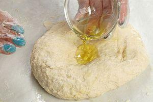 Замесить плотное тесто. В конце добавить оливковое масло и еще раз хорошо вымесить.