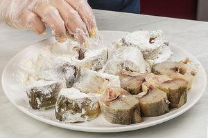 Смешайте муку с солью и перцем по вкусу. Обваляйте кусочки наваги в этой смеси.