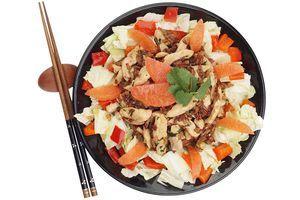 На тарелку выложите  капусту смешанную с перцем маринованным и кусочками апельсина. В центр выложите замаринованное филе с рисом. Украсьте апельсином и кинзой.