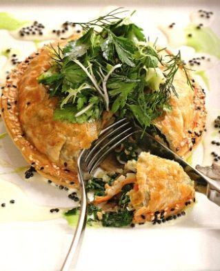 Слоеный пирог с лангустами и икорным соусом