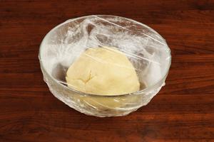 Накройте готовое тесто пищевой пленкой и уберите в холодильник на 20 минут