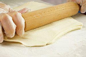Размороженное слоеное тесто раскатать толщиной 0,5см