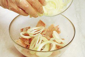 Добавить кольца свежего лука, сбрызнуть оливковым маслом