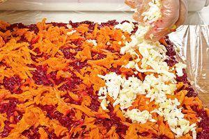 На свеклу выложить слой моркови, затем яйцо