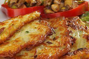 Подайте горячие драники с грибной начинкой и соевой сметаной.
