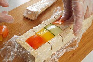 Затем украсьте тонкими пластиками цветного сладкого перца и огурца