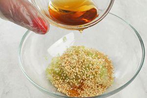 Влейте кунжутное масло, соевый соус, мирин