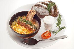 Подайте рассольник с свиными ребрышками, сметаной, зеленью и заварным хлебом.