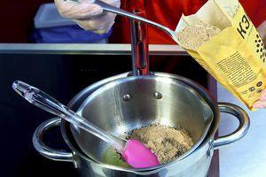 Всыпьте в масло порошок из кэроба, хорошо размешайте до однородной массы.