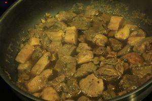 Приготовить соус: грибы нарезать крупным кубиком, лук - соломкой. На разогретой с оливковым маслом сковороде обжарить грибы и лук, посолить, поперчить по вкусу