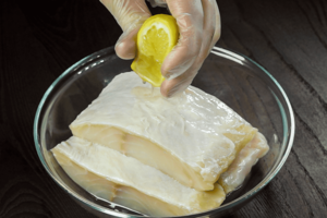 Для первого способа: куски зубатки замариновать в лимонном соке на 10-15 минут.
